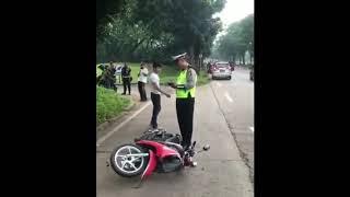 Pria mengamuk saat di tilang,banting motor  pacarnya,  pacarnya nangis histeris