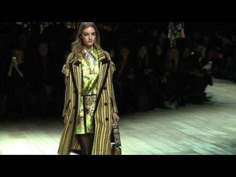 Mode  défilé Burberry à la Fashion Week de Londres - YouTube 73fe1922001b