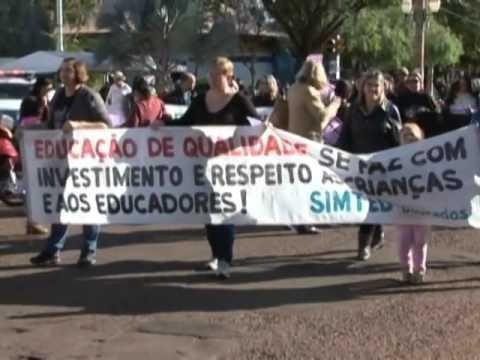 Professores em greve fazem protesto no centro de Dourados