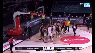 Fenerbahçe- Anadolu Efes maçında yumruklar konuştu. Singleton- Melih Mahmutoğlu kavgası finali vurdu