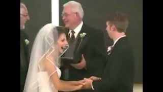 Noivo paga mico no altar e noiva não perdoa/Economic groom pays the bride altar and not forgive