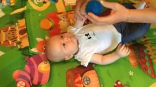 видео Игры с массажным мячиком для ножек ребенка