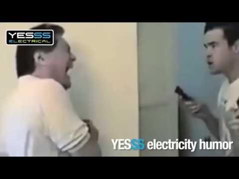 Pranks während jemand an der Elektrik arbeitet