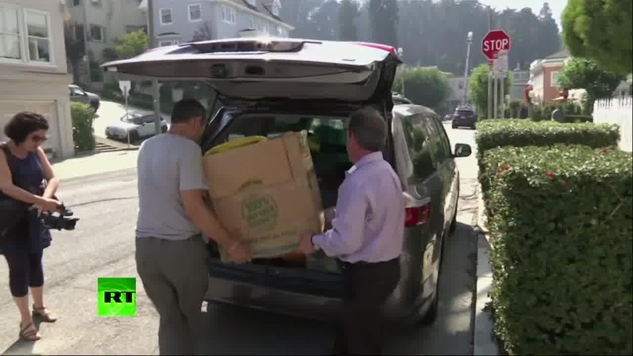 Сотрудники покидают генконсульство России в Сан-Франциско