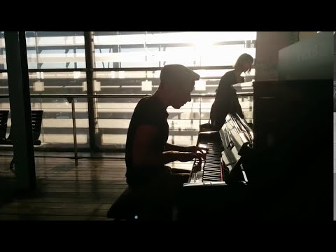 Pianist in Aix Train station France