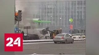 В Петербурге коммунальщик засыпал горевшую машину снегом - Россия 24