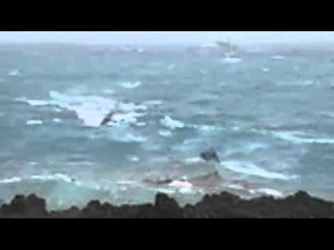 Iranian and Iraqi asylum seekers boat crashes at Christmas Island - 15 Dec. 2010