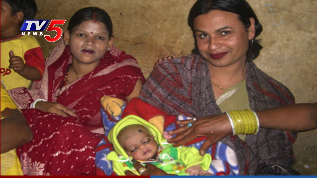 Woman Gives Birth in Gorakhpur Express | Hijras help woman in Delivery  Pains : TV5 News