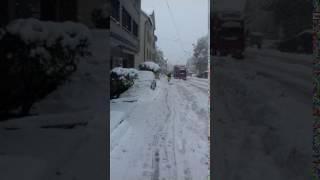 Hier fährt gerade jemand auf den Ski durch St.Gallen und das im April