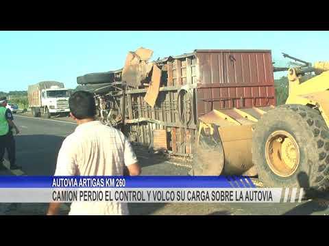 Volcó el acoplado de un camión y cortó parte de la Autovía Artigas