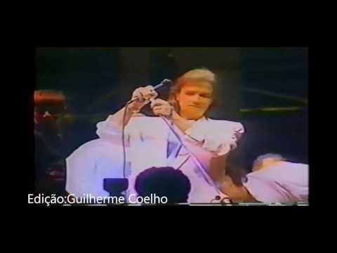 Fã agride Roberto Carlos no palco em 1993