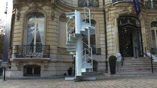 بيع جزء من سلالم برج إيفل بسعر 169 ألف يورو