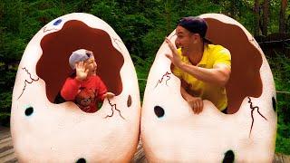 سينيا وأبي يلعبان في حديقة الديناصورات! قصة ممتعة عن الديناصورات!