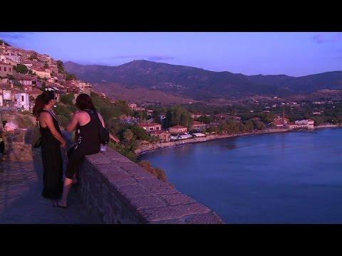 Grèce: touristes et réfugiés se côtoient sur l