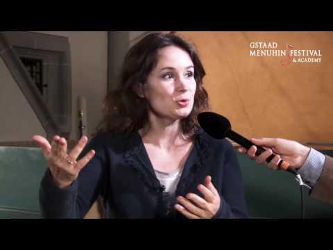 Patricia  Kopatchinskaja spielt in der Kirche Lauenen und spricht im Interview mit Christoph Müller