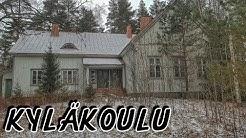 Hylätty kyläkoulu. Paljon vanhoja kirjoja ja muuta tavaraa. Urbex Suomi