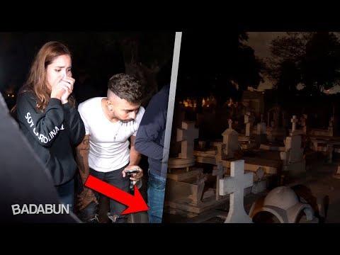 Visitamos una tumba donde se escuchan llantos