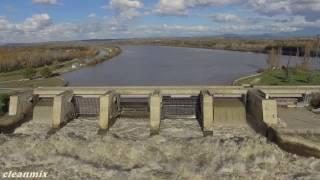 Barrage usine écluse d'Avignon le Rhône en crue 4K