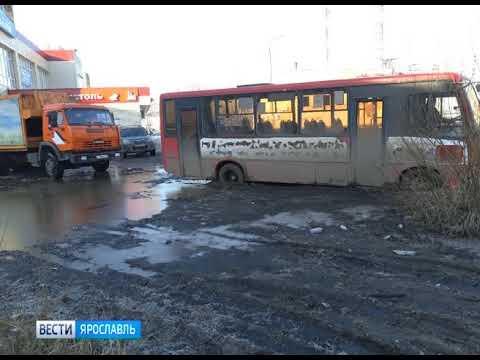 В Ярославле мусоровоз вытащил застрявшую в грязи маршрутку и попал в ДТП