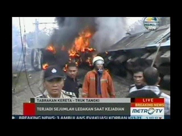 В Индонезии поезд столкнулся с бензовозом