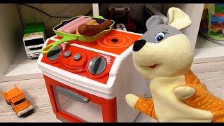 Мышонок Жарит сосиски на плите! Игра как мультик для детей!
