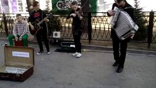 Ребята сыграли цоя на скрипке гитаре аккордеоне и барабане
