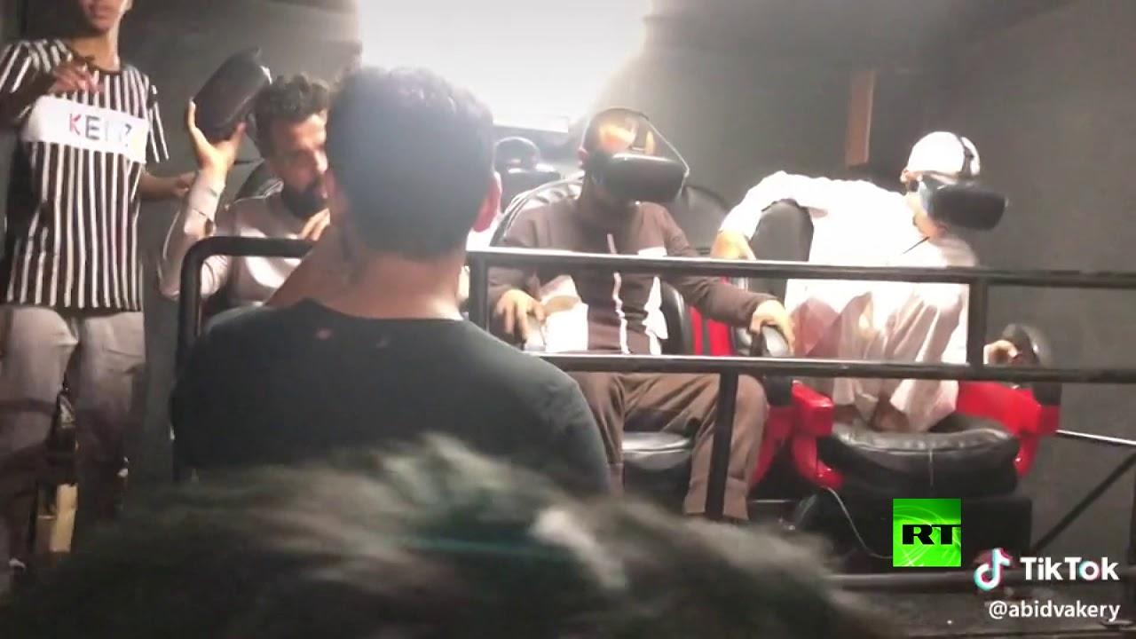 فيديو يظهر رد فعل شاب يمني أثناء تجربة نظارة واقع افتراضي