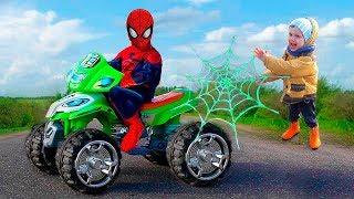Человек Паук помогает другу на квадроцикле. Супергерои Марвел