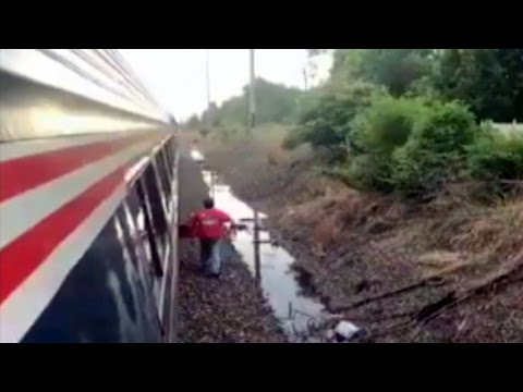 Thumbnail: Delivery Man Brings Pizza to Passenger Aboard Stalled Amtrak Train