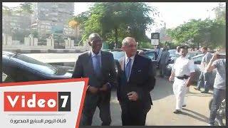 هانى أبو ريدة وأعضاء اتحاد الكرة يستقبلون عيسى حياتو بالأحضان