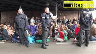 Extinction Rebellion -Blockade Jannowitzbrücke von ca. 500 Aktivist*innen- bisher noch wenig Polizei