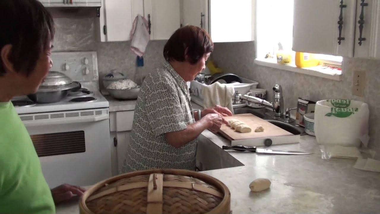 九十一嵗婆婆整饅頭 - YouTube