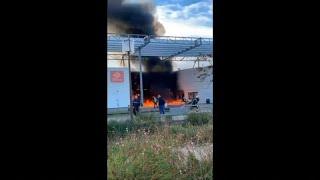 """شاهد: اشتعال النار في مدرسة في خلال احتجاجات """"السترات الصفراء"""" في تولوز…"""