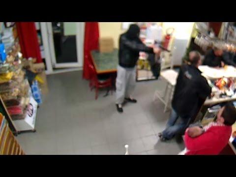 フランスで起きた強盗事件。しかし女性に説得され涙を浮かべながら立ち去る男性。