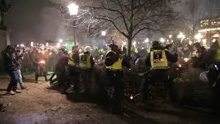 Polisen attackerar demonstranter på 30 november 2018