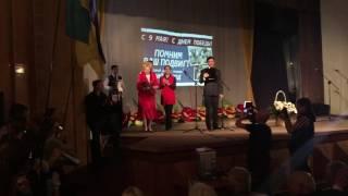 Разбила грамоту на голове: в Славянске во время концерта произошла драка