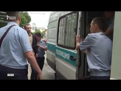 Алматы полициясы жүзден астам адамды ұстады дейді....