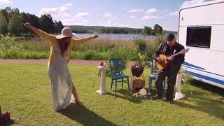Η Έλενα Παπαρίζου χορεύει συρτάκι (Ζορμπά) στη Σουηδία!