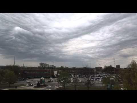 Si ponemos en cámara rápida las nubes denominadas asperatus ondulatus, podremos ver como el cielo parece un mar gigante de olas. Curiosamente, como pasa en el mar, las olas de las nubes también las producen las corrientes de viento.