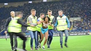 Голая девушка стрикер во время матча Украина - Турция