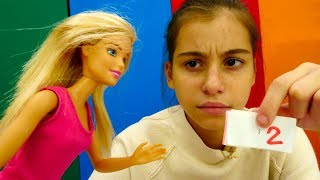 Видео для девочек: #Барби получила ДВОЙКУ и спрятала ДНЕВНИК! Игры Барби. Видео про кукол