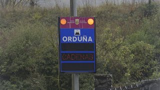 La nieve obliga a circular con cadenas en Orduña (Álava)