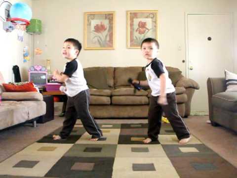 ילדים אסיאתיים רקדנים