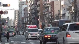 緊急走行で対向車線を走行、赤信号も通過する救急車。