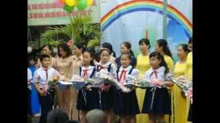 Tặng hoa chúc mừng các cô GVCN và Bảo mẫu