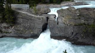 カナダ カナディアンロッキー 川が岩を侵食し続けてでき上がった自然の...