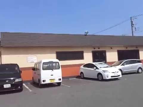 お店の駐車場と店舗の外観です。