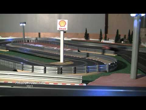 Le circuit de course automobile miniature Scalextric du Ronchin Model Club.