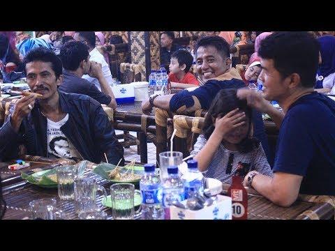 Bertaburan Artis Minang di Rumah Makan Saung Minang Jakarta. Makan sambil berhibur