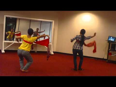 Latihan tari Rejang dewa di KJRI Houston
